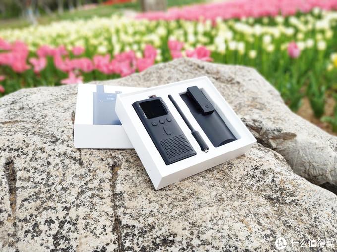 打开外包装盒后内部就是米家对讲机2代产品,从左至右依次是:对讲机主体、新一代设计天线、对讲机外挂保护壳背夹,其中对讲机主体采用黑色蚀纹机身 金属防滑旋钮