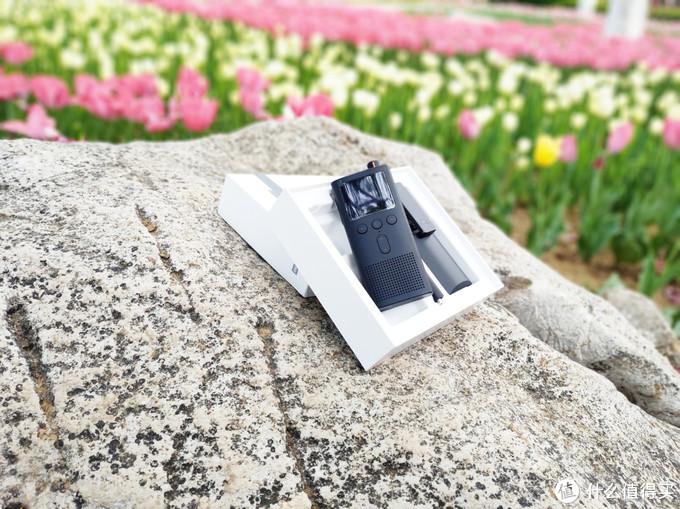 米家对讲机2主体正面功能设定从上至下依次是:1.77寸LCD显示屏、三个独立功能按键、双功能合体单按键、外放扬声器,其中外放扬声器采用专业音频处理芯片 音量比米家对相机1S提升22%(音量提升频率范围:300Hz-1000Hz)