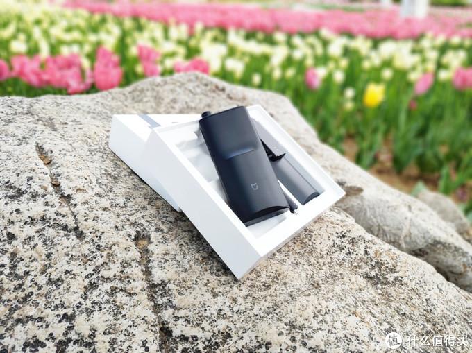 米家对讲机2背面凸起部分下方是内置的5200mAh电池,通过搭配软硬件低功耗设计,让对讲机待机时长能够超过13天,正常使用时长可达15小时,而且支持通过USB-C接口使用移动电源进行充电