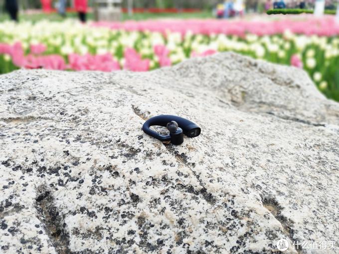极蜂蓝牙对讲耳机搭载配备多项声学技术的动圈单元,搭配硅胶抑震环 让通话收音更清晰,使用MEMS硅麦克风 为通话带来更高的解析力 使得通话更清晰更稳定 能够适应各种使用场景