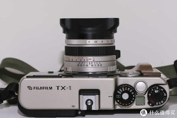 顶部其实跟现代数码相机十分类似。有A档,快门范围由8s-1/1000s,带曝光补偿转盘。小液晶屏用来显示剩余张数,带背光。