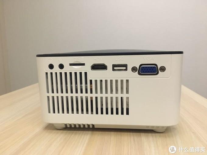 福满门的插孔全部在侧面,除了USB,电脑,高清,耳机,AV外,比其他款多了tf卡接口,散热孔也在这一侧