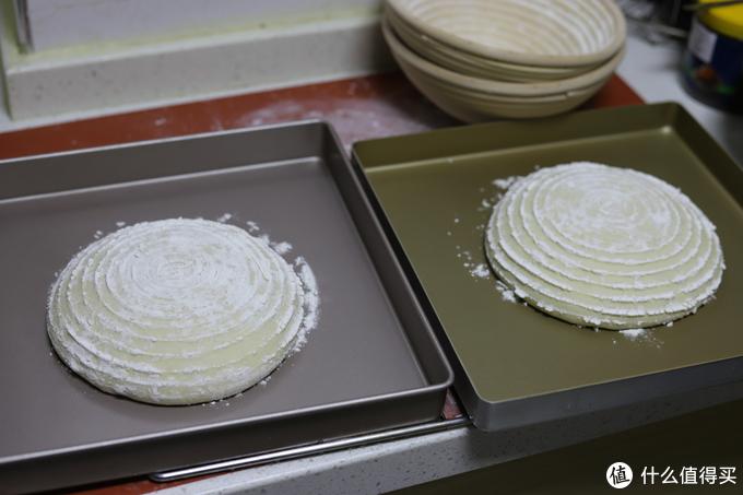 两个面包面团在进入烤箱之前是一模一样的