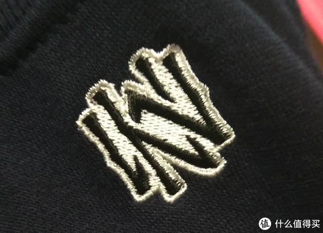 袖子部分的刺绣M N的标志。