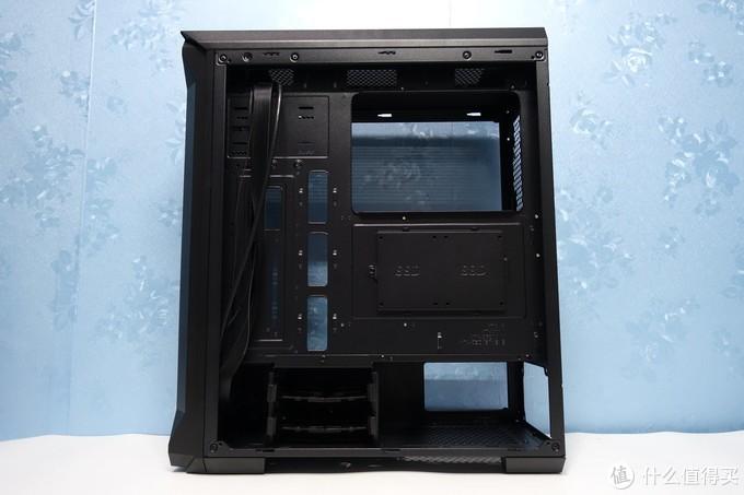 机箱背面带有多个背线孔,值得一提的是主板背面的SSD位从以前的一个增加到了两个。