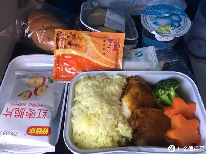 提前在南航app预定了海鲜餐,当天提供的是鱼肉咖喱饭,摆盘不错但食之无味