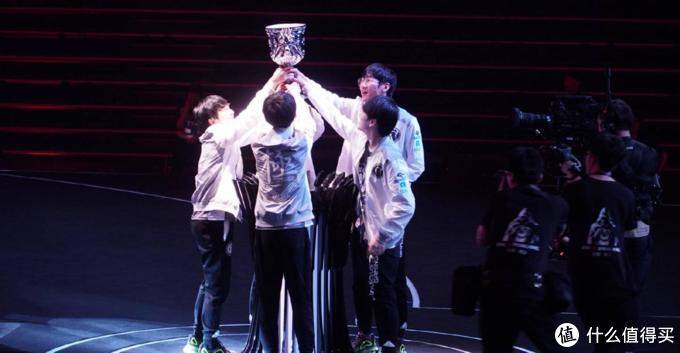 重返游戏:iG斩获队史首个LPL冠军 即将出征2019季中冠军赛