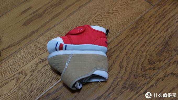 鞋头微上翘,据说可以让宝宝更好的维持平衡,减少摔跤