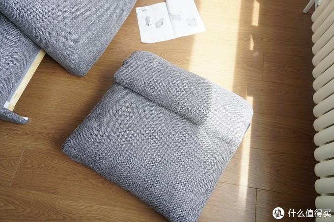 将坐垫和靠垫套上垫套
