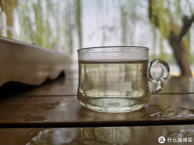 湖边一杯春茶