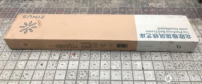 上图是铁艺床,被包装成了长条形