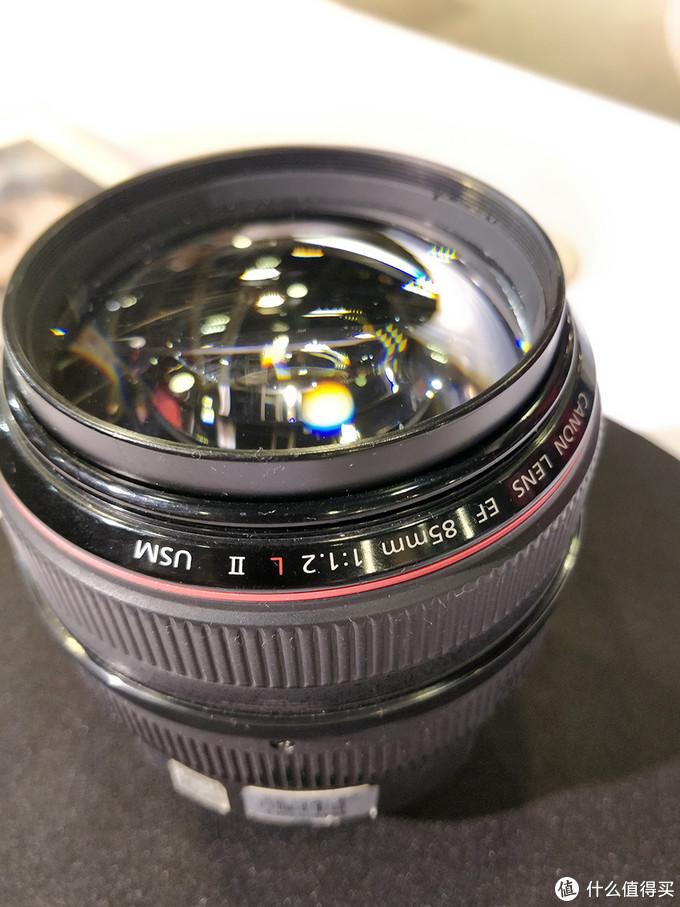 85镜头这个更贵,f1.2的光圈,都是钱惹的祸。