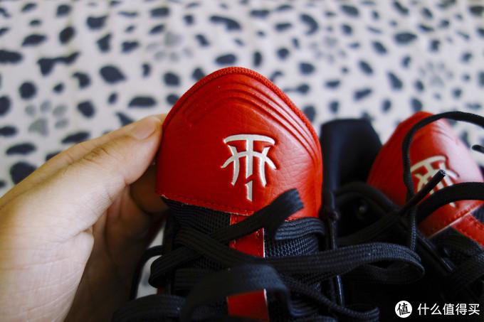 鞋舌也是不对称的设计,系紧鞋带以后红色起始的上半部分自己会立起来很挺