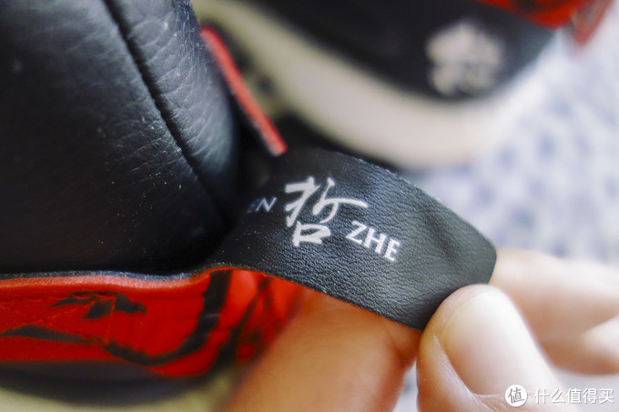 装饰的上半部分里边是写满了鞋的元素的,没有仔细研究过都代表啥