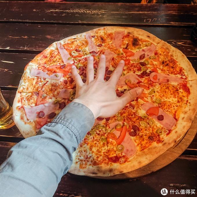直径半米的披萨,两个人吃到走不动