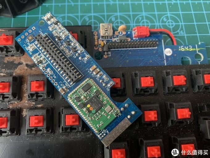 拆下蓝牙芯片收好,这是整个双模键盘的大脑...