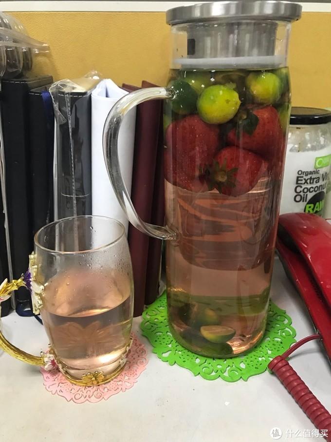 今日份的水果在杯子里