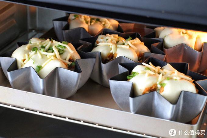 吃腻了甜面包换个口味,加点葱花和肉松,还没出炉就已经香飘满屋