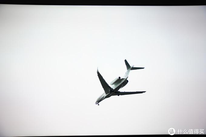 """快速掠过的飞机 索尼X9500G 图像模式设置为""""电影"""""""