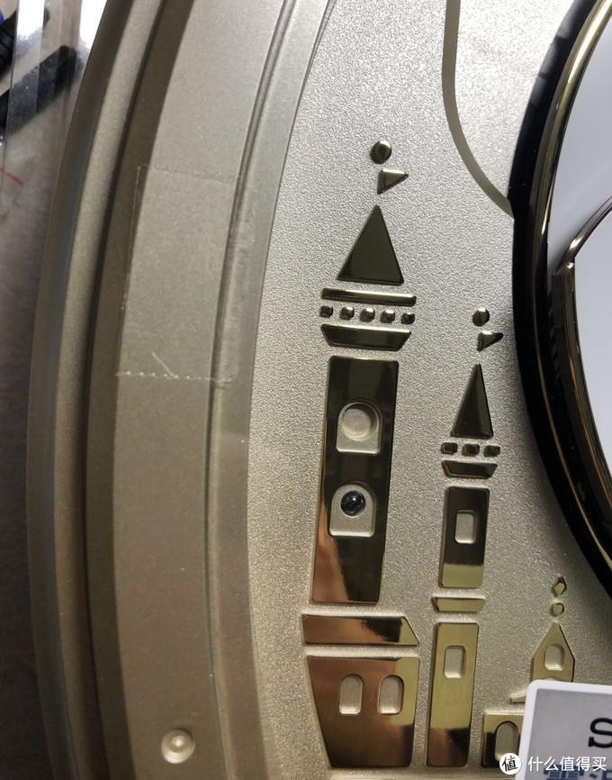 尖塔左侧贴有透明胶带
