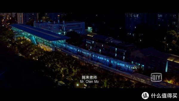 高高低低,忽而入地、忽而上天的轻轨如今已经成为了重庆的另一张名片。