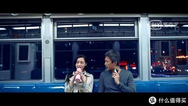 《从你的全世界路过》幺鸡和陈末在轻轨里拍摄的桥段,是重庆的轻轨2号线,贯穿东西,跨越两江。