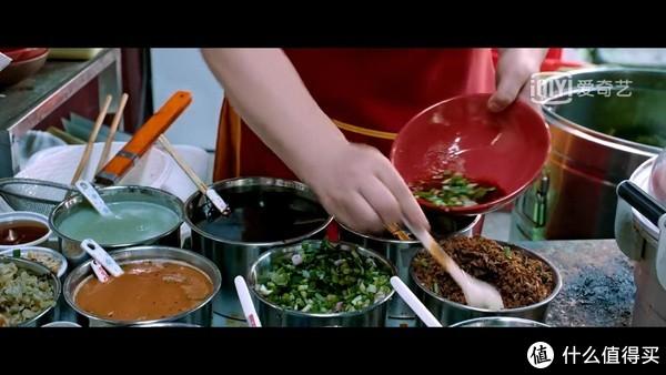 佐料是重庆面的灵魂,一碗面条全凭调料提味儿。先调好调料,再放入煮好面条。麻辣味调和不刺激,面条劲道顺滑,汤料香气扑鼻,味道浓厚。