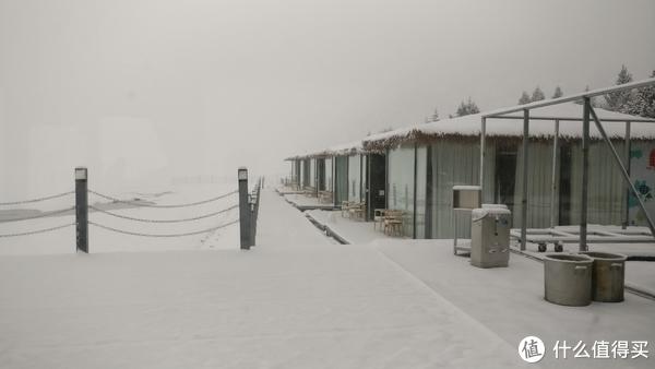 这就是早上起床后的玻璃房,左边是湖和山。。