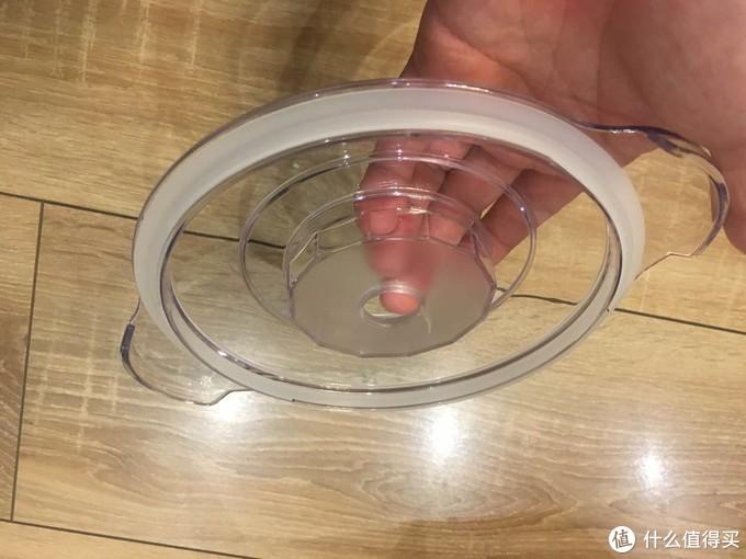 杯盖部分,电机轴和刀片的连接部分通过小孔穿过杯盖,类似水泵的联轴器