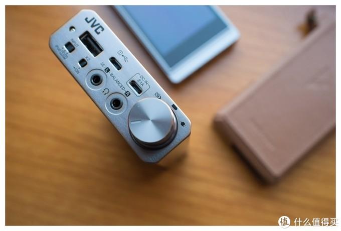 可以看到,音量钮边上标出了充电、电池供电模式和高性能模式的指示灯位置。