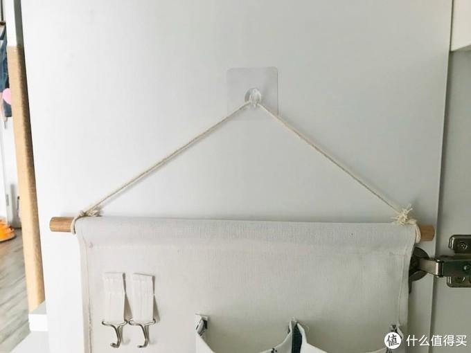 贴在衣柜门上,可以挂个收纳袋或者皮带