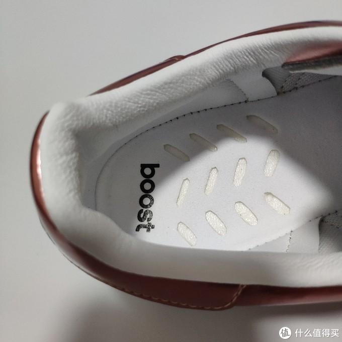 鞋垫同 NMD 系列相似,采用镂空方式拉近双脚与 Boost 之间的距离,不习惯的可以买一双薄的eva鞋垫装上