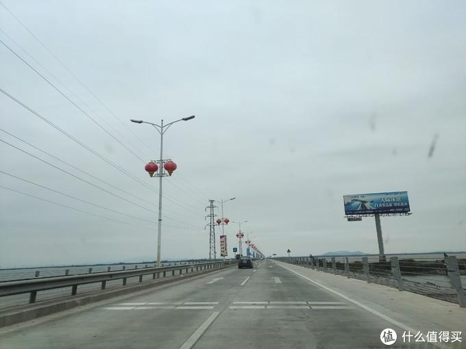 白天是这样的。。好像也不是桥,有点像是堤坝,反正是条路,不是桥。