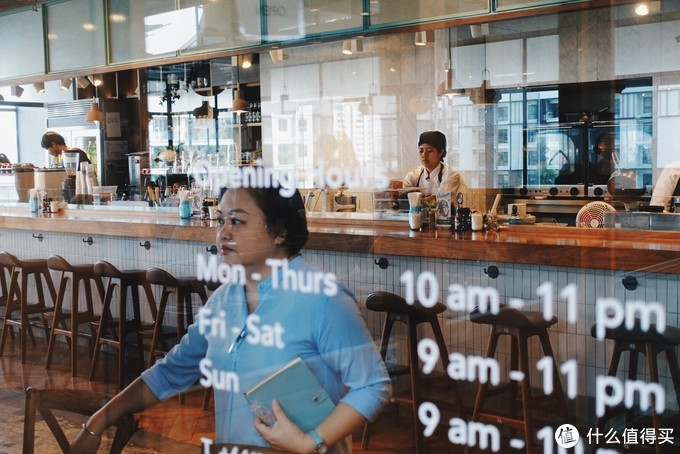 还是ROAST,在安排叫号和入座的餐厅经理。曼谷作为热带城市,高效的服务和慵懒的氛围取得了精准的平衡,让所有来这里的游客尽兴而归
