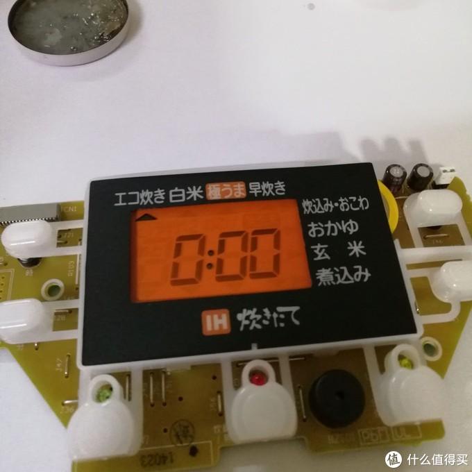 焊上新电池,显示000了,一颗悬着的心落下了。拧螺丝