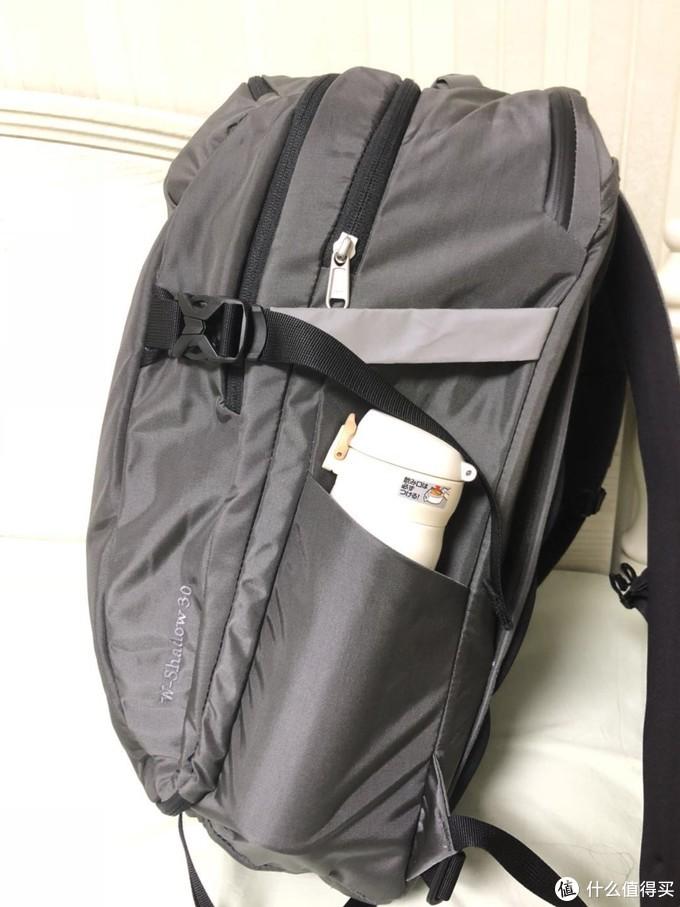 侧面一侧为弹力网布可放置水杯,另一侧为拉链小包设计,可以放置一些常用纸巾,充电宝等一些常用的小物件,个人感觉双侧弹力网布设计的要实用方便。