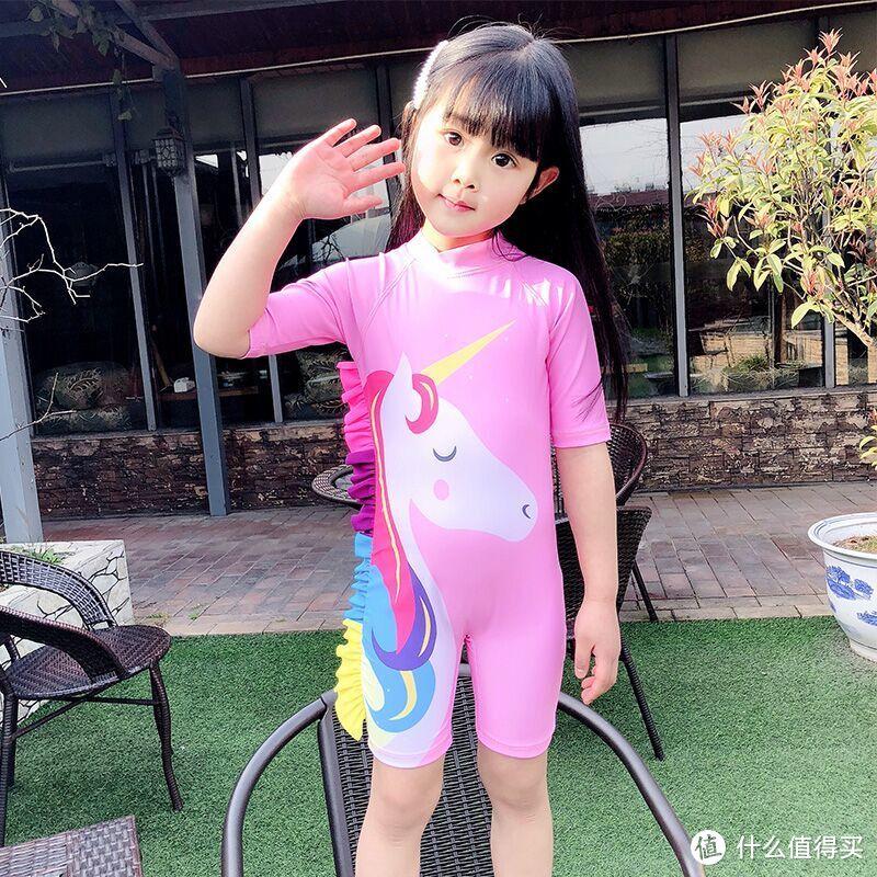 为热爱游泳的儿童而设计的连体泳衣