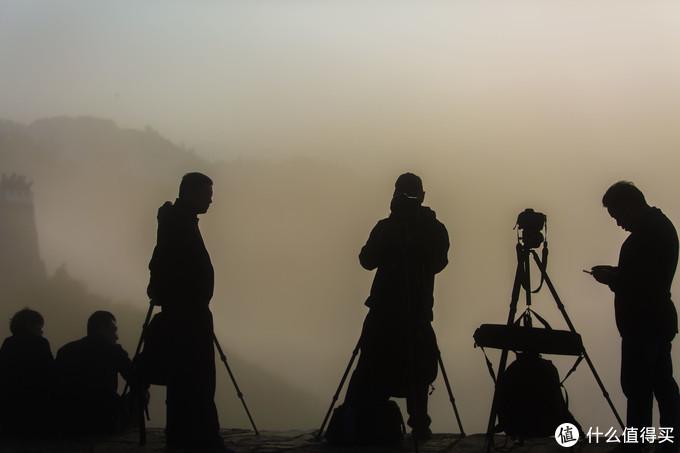 观景台上等待雾散开的众多法师