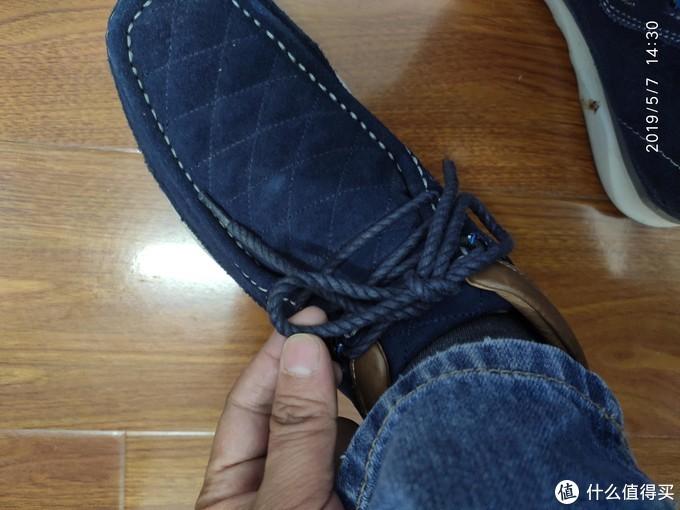 鞋带很粗,很滑,容易脱落,系不紧。