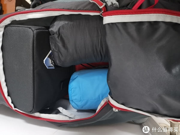蓝色的是雨衣,黑色的是睡袋