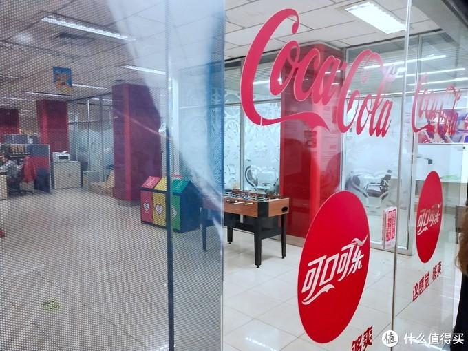 办公室也都有可口可乐的标志
