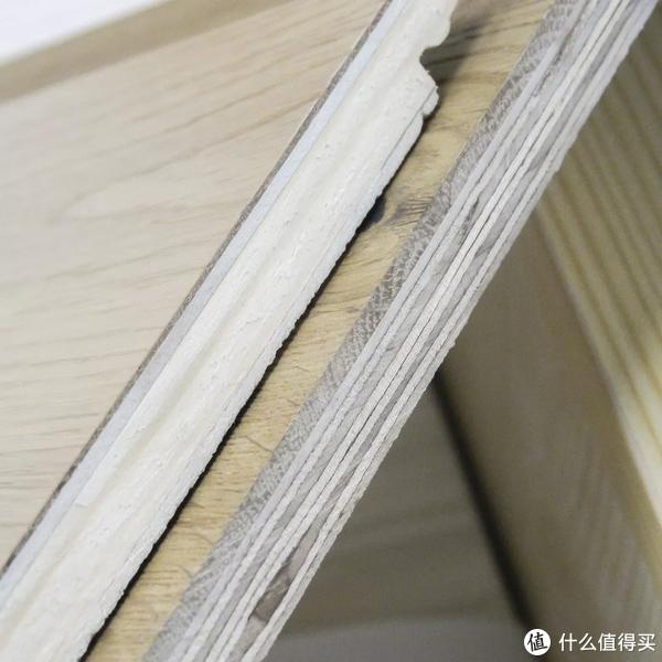 左边是三层实木,中间又白又厚的那层是速生木材,密度低,易变形图源:住范儿自摄