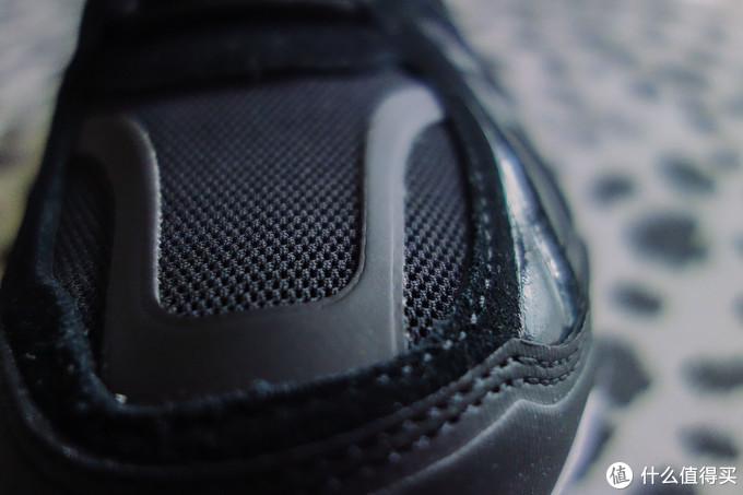 鞋面支撑部分和鞋侧的材料类似热熔材质,也可以防止编制面料太软形状不够坚挺