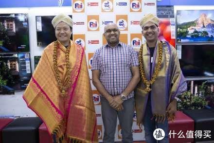雷军穿当地传统服饰出席活动 小米在印度本土化从CEO开始