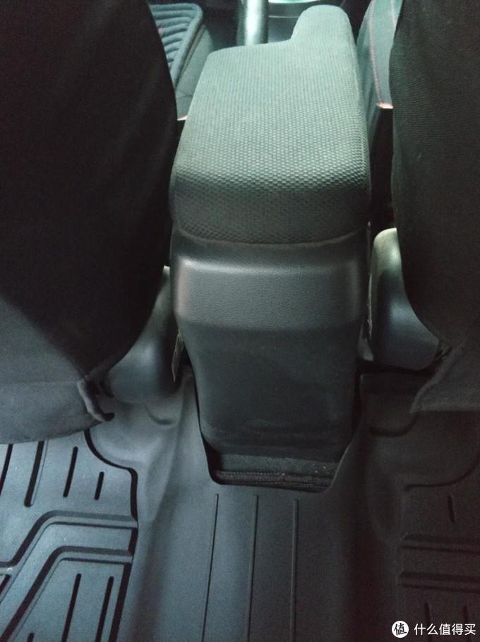 后排,左右两边还可以,中间合适度就差一些,怀颖开发是按着低配车型,没有扶手箱的开发的。这里给差评