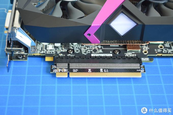 显卡需要插上机箱附件的PCI延长卡才能顺利插进显卡支架的PCI转接卡