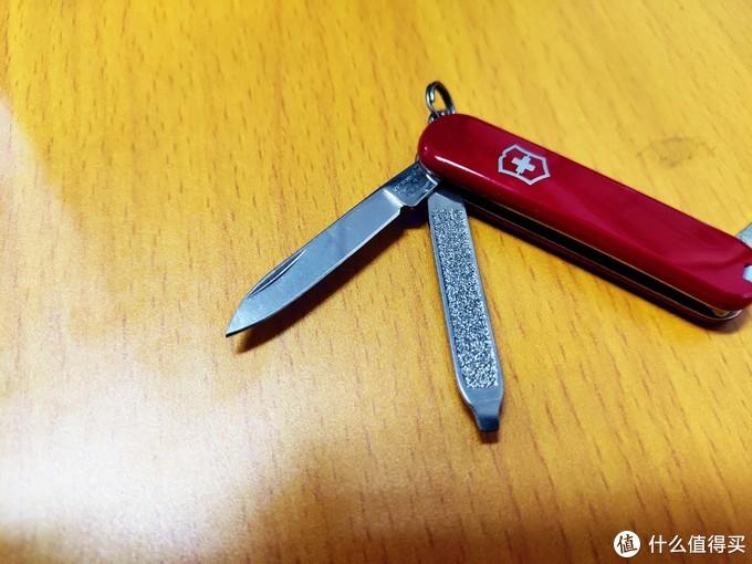另一面打开是主刀,指甲锉和一字头,小刀很锋利,拆快递利器