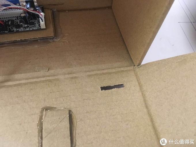 我选择了在右下角开了一个1.5*0.5cm的小孔,接收器的小板,我直接在背后用透明胶带固定了一下,因为它完全不受力,又非常轻,所以足够了。