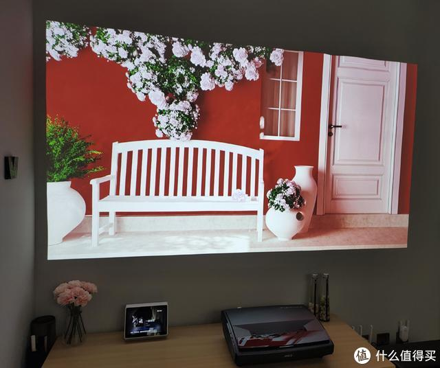 坚果SU 4K激光电视投白墙效果