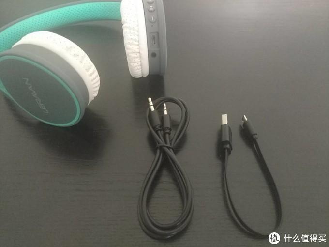 完整配件:一条充电线及一条音频线,耳机的电压为3.7v,可以使用手机充电器来进行充电使用